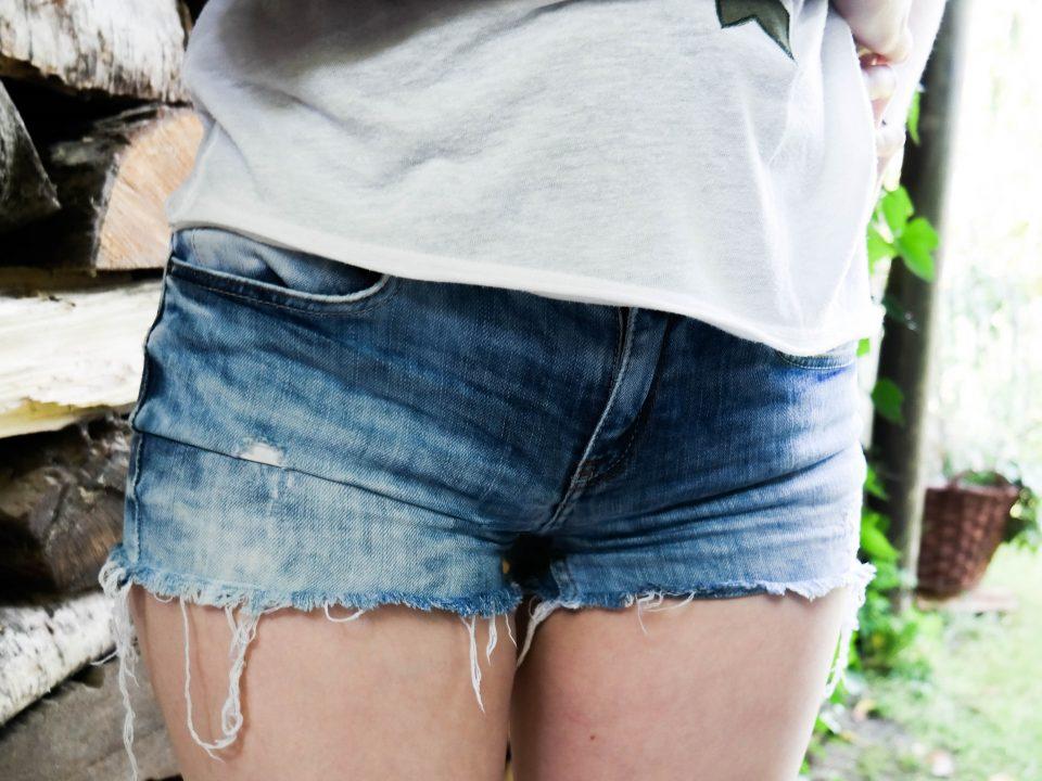 DIY Jeans Shorts, DIY Kleidung pimpen, Kurze Hose, Upcycling, DIY Jeans. Sommer, Do it Yourself, Vara-Kreativa, Schnelles DIY, Hotpants